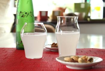 グラスなら、廣田硝子の「究極の日本酒グラス」がおすすめ。日本酒を楽しむために作られた、日本酒専用のグラスです。写真の左側「蕾」は純米酒用、右側「花」は大吟醸用。味や香りの違いを感じたい初心者さんにぴったりです。