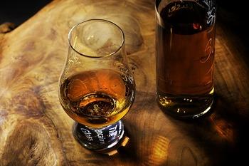 大麦麦芽を原料に、単式蒸溜器を使って作ったウイスキーのことを「モルトウイスキー」と言います。モルト(malt)とは英語で麦芽という意味。独特の香りが特徴的な、深みのあるウイスキーです。