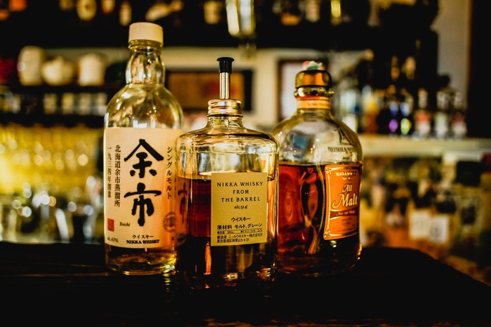 日本のウイスキーは、2014~2015年に放送されたNHKの連続テレビ小説でも注目を集めましたね。産地が違えば、味も香りも異なるウイスキー。飲み慣れてきたらぜひ、産地別で飲み比べてみてください。