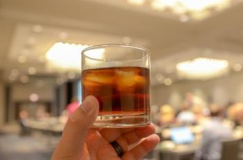 大麦麦芽のみを使うモルトウイスキーに対し、とうもろこしなど穀物を使用して作るウイスキーを「グレーンウイスキー」と言います。グレーン(grain)は英語で穀物という意味。連続式蒸溜器を使って作られます。すっきりとした味わいが特徴ですが、グレーンウイスキー単体で飲むことは少なく、モルトウイスキーとブレンドして飲むのが一般的です。