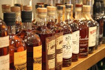 2つのウイスキーを組み合わせたものを「ブレンデッドウイスキー」と言います。香りやコクの強いモルトウイスキーに、爽やかでくせの少ないグレーンウイスキーを合わせることで、マイルドな味わいの飲みやすいウイスキーになっています。種類も豊富で価格もお手頃なので、初めての人も挑戦しやすいウイスキーです。