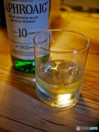 ゆっくり時間をかけて楽しみたいときは、氷の入ったグラスに水とウイスキーを1:1の割合で入れて飲む「ハーフロック」や、水:ウイスキーを2:1くらいの割合にして飲む「水割り」がおすすめです。氷や水は、市販のロックアイスやミネラルウォーターを使うこと!マイルドになるので、食事にも合わせやすいですよ。