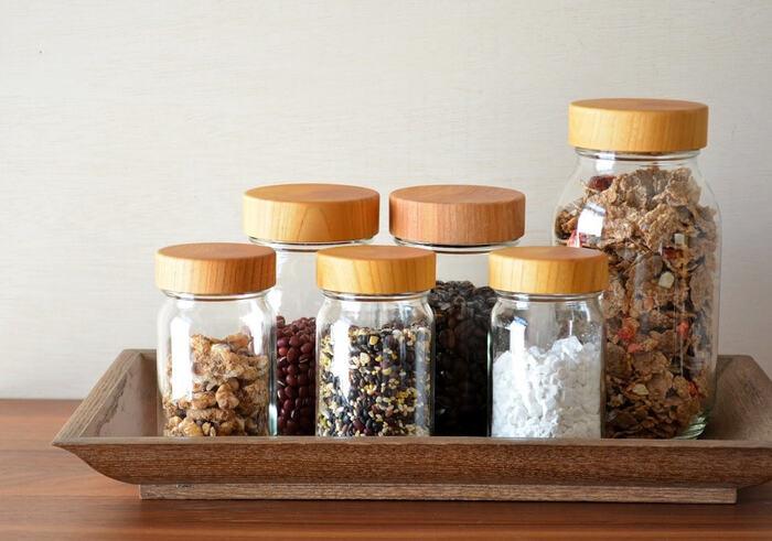 木工ろくろとネジ切りの技術で木製品を作るブランド「MokuNeji (モクネジ)」のキャニスター。中身が見えるガラス瓶と木目が美しいケヤキの蓋は、見せる収納としても◎。広口設計で出し入れもお手入れもスムーズにできます。