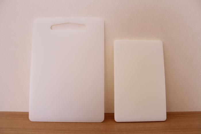食材を切るたびに、包丁の刃はまな板に当たっています。プラスチック製のまな板は硬い材質のため、実は刃先をすり減らして丸くしてしまって切れ味が悪くなりやすいんです。柔らかな木製のまな板に変えてみるだけでも、切れ味の持ちは変わってきますよ。