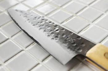 きちんと研げたかの確認は刃を触ればわかります。刃に引っ掛かりがあれば研げている証拠。これは「カエリ」と呼ばれる金属のカス。片面ずつ確認しながら研いでみてください。