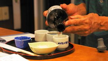 次にポイントになるのが、お米の精米具合です。日本酒は、お米の中心に近い部分を使うほど、雑味のないすっきりした味になります。この精米具合を「精米歩合」といい、その割合によって「大吟醸(だいぎんじょう)」や「吟醸(ぎんじょう)」と呼ばれ区別されます。