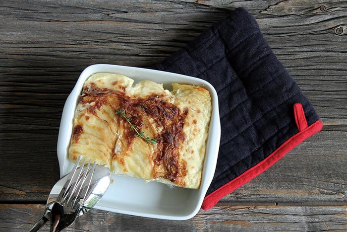 リネンで作られたミトンは、四角いからのそのまま鍋敷きとして使ってもOK。布の暖かさがグラタンの魅力を引き立ててくれそう。