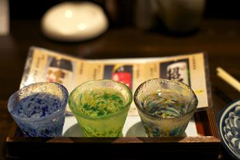 以上をまとめると、日本酒は、基本の3原料で作られた純米・特別純米・純米吟醸・純米大吟醸と、醸造アルコールを加えて作られた本醸造・特別本醸造・吟醸・大吟醸の全8種類に分けられます。この分類は特定名称と呼ばれ、日本酒を区別する上で重要なポイント。初心者のうちは、なんとなく頭に入れておくだけでも役に立ちますよ。
