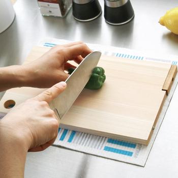 包丁を安全に使うためには、まずまな板がずれないように固定することが大切!濡らしたタオルや布巾をまな板の下に引いて滑り止めにしましょう。