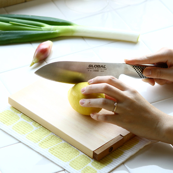 細かく包丁を動かしたいときには、こんな風に刃に人差し指を添えても◎ 力の調節がしやすくなるので、刃先を繊細に動かすことができますよ。