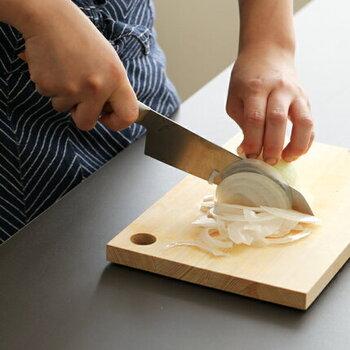 包丁は親指と人差し指で刃の根元を握り、残りの3本の指は持ち手を握るのが基本の持ち方。こうすることで包丁をしっかりと固定して使うことができます。
