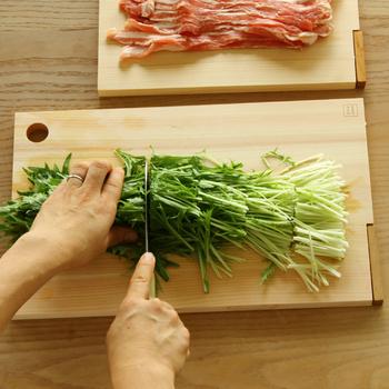 包丁は刃を手前と奥、前後に動かすことで切ることができます。包丁を奥へと押すように動かすと、硬い食材も切れやすくなりますよ。