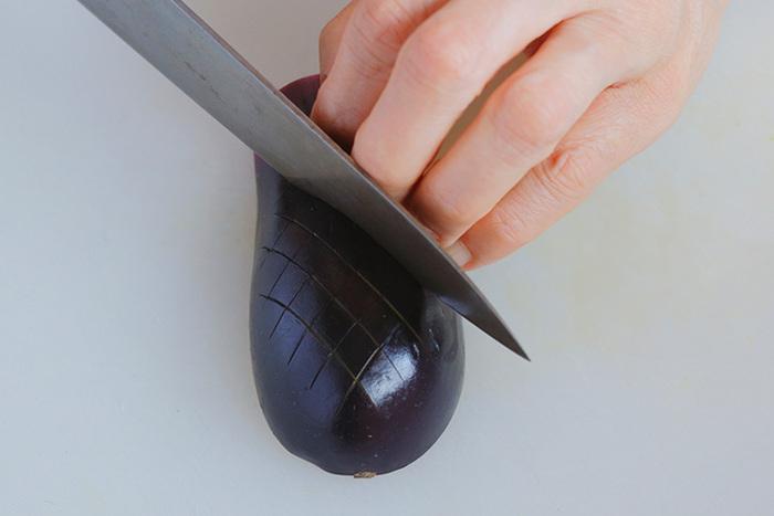 手が切れないようにと包丁から離れたところに手を置くと、不安定で逆に危ないもの。食材を指を立てるように押さえ、第一関節が包丁の側面にあたるくらいの場所を持ちましょう。