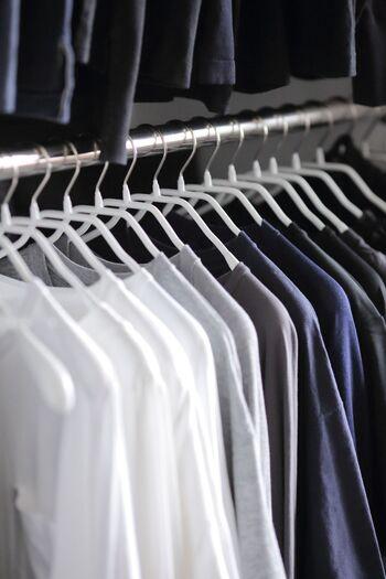 絶大な人気を誇るMAWAの「ボディフォーム」ハンガー。 スマートなデザインが整然と並ぶ姿が美しいですね。 洋服のシルエットをキープしてくれます。