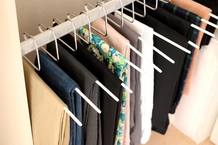 MAWAハンガーは、シングルパンツ・スラックスハンガーも人気です。 無駄のないシャープなデザインで、掛けたボトムスがずり落ちず、取り出しやすい形状になっています。