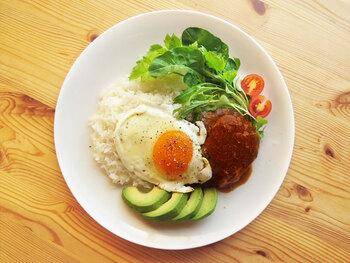 グレイビーソースを使った手軽なメニューの代表が、ロコモコです。濃厚なソースに半熟卵が絡むベストコンビネーション!