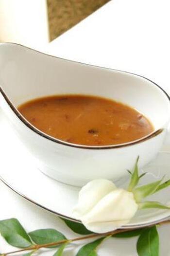 あめ色に炒めた玉ねぎと白ワインを加えて深みのあるソースに。砂糖を使わなくても玉ねぎの自然の甘みが味を整えてくれます。