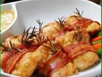ローストチキンもグレイビーソースにぴったり! こちらのレシピでは肉汁でマッシュルームを炒めてソースを作っています。
