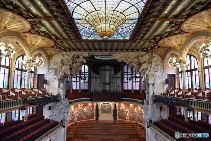 1908年に建てられたモデルニスモ様式の音楽堂。天井の巨大なステンドガラスがひときわ目を惹きます。ガウディの師匠にあたるリュイス・ドメネク・イ・ムンタネーによる建築。 内部の見学ツアーもあり(所要時間55分)、もちろんコンサートも予約可能です。  名称:Palau de la Musica Catalana 住所:C/ Palau de la Música, 4-6, 08003 Barcelona