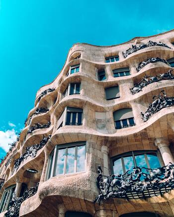 バルセロナ市内には世界遺産に登録されている建築が9ヵ所あります。  ・グエル公園 ・カサ・ミラ ・グエル邸 ・サグラダ・ファミリア ・カサ・ビセンス ・カサ・バトリョ ・コロニア・グエル教会 ・カタルーニャ音楽堂 ・サン・パウ病院  このうち実に7ヵ所が、建築家アントニ・ガウディが手掛けたもの。ガウディ建築無くしてバルセロナは語れません!