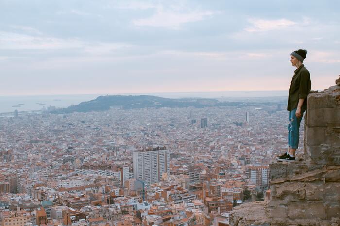 バルセロナにも四季があり冬はそれなりに寒いですが、一年を通してみると比較的温暖で過ごしやすい都市です。 ベストシーズンは、気候的にもイベント的にも4~5月、もしくは9月頃。 春にはセマナサンタ(イースター)の催しがあり、4月23日には「サン・ジョルディの日」を祝う伝統行事が、そして9月にはバルセロナ最大のお祭り「メルセ祭り」が行われます。