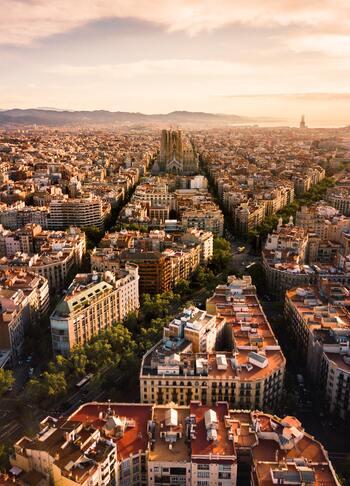 人口規模ではマドリードに次ぐスペイン第二位の都市(人口約160万人)。 日本の神戸市とは、人口数や港町という共通点があることから1993年より姉妹都市提携を結んでいます。