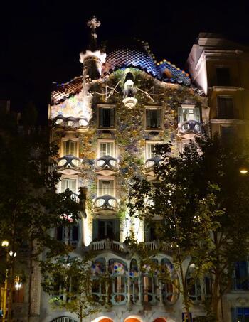 夜の街に浮かぶファンタジックな姿もステキです♪  名称:Casa Batlló 住所:Passeig de Gràcia, 43, 08007 Barcelona