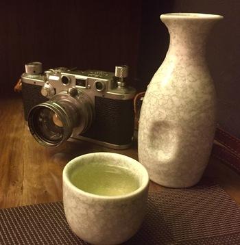 """15〜20度くらいの温度で飲む日本酒を、「常温」または「冷や(ひや)」と言います。日本酒そのものの味が一番感じられる温度です。お酒の味を比べる""""利き酒""""もこの温度で行われます。お酒好きの方に好まれる温度です。"""