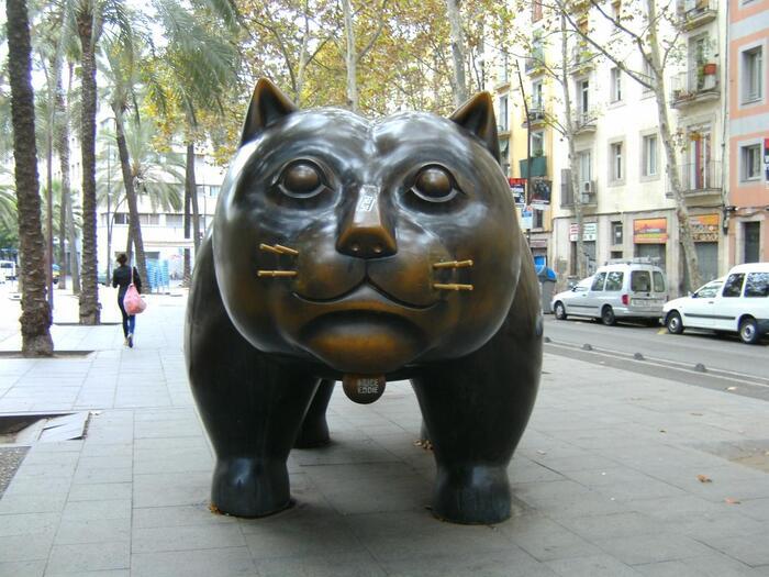 定番の名所をご紹介してきましたが、ここでちょっと違った見どころを。 猫好きときたら素通りできないという「エル・ガト・デ・ボテロ」。コロンビア出身の彫刻家フェルナンド・ボテロの作品をバルセロナ市が購入したそうで1987年から街に住んでいます。以前はシウタデリャ公園やオリンピックスタジオに置かれていたこともあるとか。現在はエル・ラバル地区のランブラ・デル・ラバルにいます。