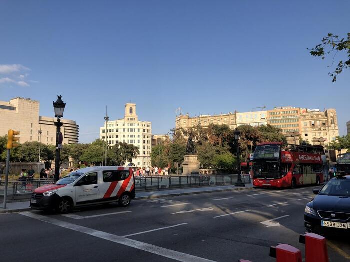 観光地巡りにもっとも便利なのはカタルーニャ広場周辺です。ショッピングやバル巡りも楽しめるので、初めてのバルセロナならこのエリアでホテルを探すのがいいでしょう。