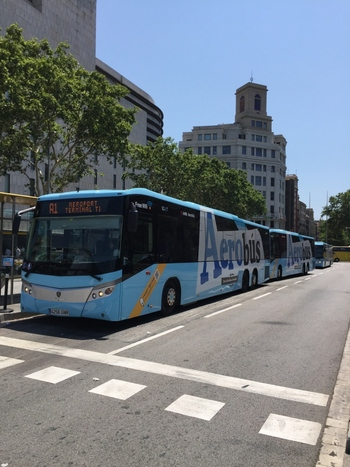 カタルーニャ広場へはバルセロナのエル・プラット空港から直行できるバスが運行しています。所要時間は約40分。5~20分間隔でバスがやってきて、片道5.9ユーロ(2019年現在)。重い荷物を持っている時には階段や乗り換えがないバスが便利です。