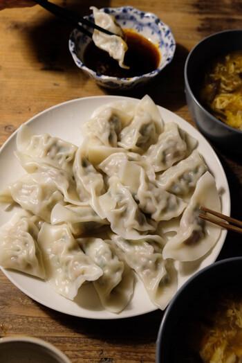 焼き餃子より比較的簡単に作る事ができる「水餃子」は、キャベツとニラをたっぷり入れて作ってみてくださいね。特製たれにごま油をプラスする事で、より本場に近い味わいに。