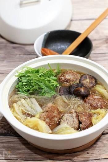いつものお鍋に飽きた時にオススメなのが、オイスターソースが入った「台湾風の肉団子鍋」。オイスターソースの甘じょっぱさと肉団子からのエキスが、白菜に染み込んでとっても美味しい!春雨も入るので食べ応えもありますよ。