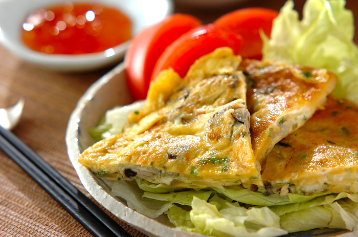 日本のスーパーで全部揃える事ができる台湾の屋台でよく食べられている「カキ入り卵焼き」。基本の味付けは塩胡椒ととってもシンプル。チリソースをつけて召し上がってみてくださいね。