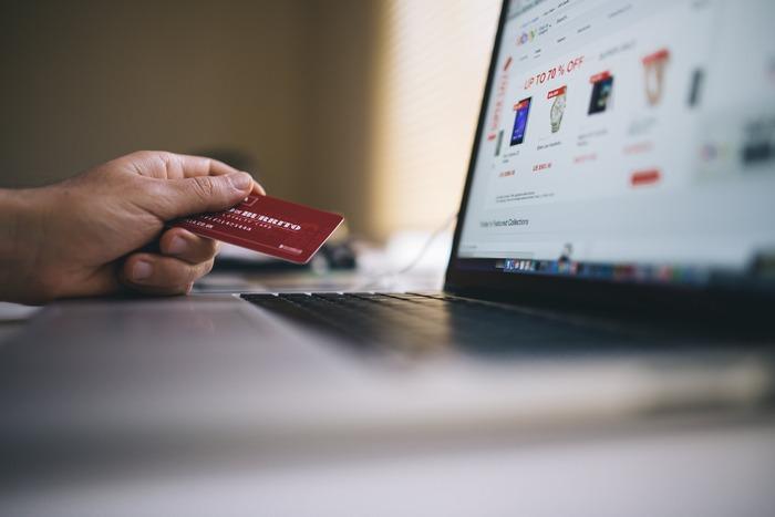 スマホやパソコンで自宅にいながら欲しいものが買える便利なネットショッピング。気になるのが送料ですよね。「5,000円以上の購入で送料無料。購入予定のものは合計で4,300円。送料は一回につき500円。」なんていう場合には、「送料を払うくらいなら、何か追加購入して送料無料にした方がおトク」と考えてしまいがちです。