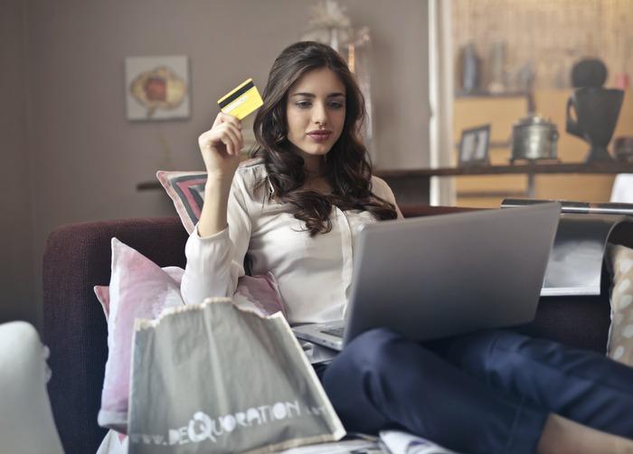 追加購入するものが本当に必要なものなら良いのですが、送料を無料にするためだけに特に欲しくもないものをカートに入れてしまったり、他の店でもっと安く売っているものを買うことになると、結局ムダな出費をすることになりますね。ムリして送料をタダにするより、素直に送料分を支払ってしまった方が結局は損をせずに済むこともあります。