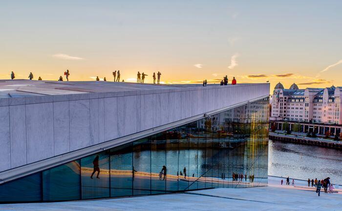 デザインの国・北欧諸国には、世界的に有名なデザインの巨匠たちが手掛けた素晴らしい建築物がたくさん存在します。北欧建築と聞いて思わずワクワクしてしまう方も多いのでは。歴史を感じさせると同時にモダンでもある、美しく魅力たっぷりな北欧建築に思いを馳せてみませんか?