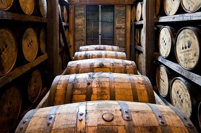 ウイスキーと同じく、大麦麦芽を原料とするビールや、蒸留させて作る焼酎との違いは、「熟成」させてあること。木の樽に入れ長い時間熟成させることで、独特の色や香り・コクのあるウイスキーが出来上がります。