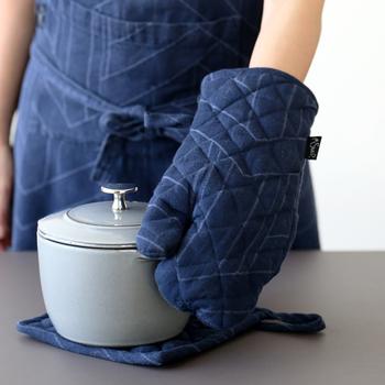 紺色にさり気なくラインが入ったミトンはベーシックで可愛らしい。程よい大きさで、熱いお鍋やオーブン料理を扱うのに安心です。