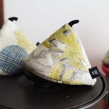 三角錐の形をしたちょっと変わった鍋つかみ。取っ手や蓋など、熱くなっている部分に被せて使います。優しい柄とデザインがオシャレですね。
