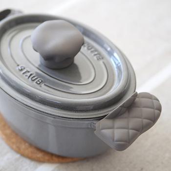 ちょっと珍しいシリコン製の鍋つかみです。取っ手の部分に被せて使います。取っ手の付いたグラタン皿を扱う時に便利そう。