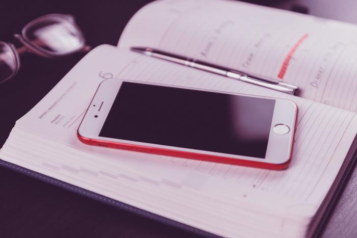 万が一のことがあったとき、まず家族に連絡したいと考える方が多いでしょう。携帯電話が繋がらない場合を想定し、複数の連絡手段を考えておくといいですね。最初に電話、繋がらなければメールやSNSのメッセージなど、優先順位を話し合っておくと迷わず連絡できそうです。どの手段も使えず、家族同士で連絡が取り合えないときには近所の人に連絡する、電話がつながりやすい遠方の親戚にお互いから連絡するなど、直接連絡を取り合う以外の方法も考えておくと、さらに安心です。