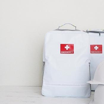 避難する場合の持ち物も、事前に確認しておくと準備を早く済ませられそうです。防災リュックなどを準備している場合は持っていきましょう。一刻を争うような状況でたくさんの荷物が持てないときには、安全のためにも最低限の持ち物に絞って。貴重品やスマホの充電器など、必要最低限のものを普段からコンパクトなバッグに入れておくとすぐに持って避難ができそうです。