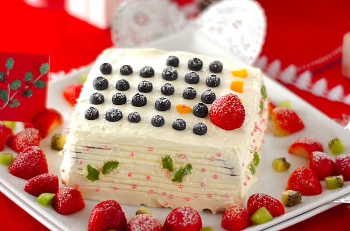 こちらは四角のケーキ型を使って焼き上げたスポンジに、ブルーベリーを数字に見立てたクリスマスカレンダーケーキ。サイドが曲面ではないので、生クリームが塗りやすいのがポイント。クリームの絞りいらずなので、絞りが苦手な人でも簡単に作ることができそうですね。