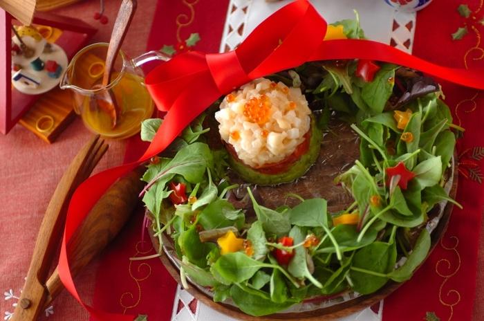 ホタテとスモークサーモン、アボガドの三層になった魚介のタルタル。ベビーリーフで作ったリースの中に盛り付けるだけで、お手軽にクリスマスの演出ができます。