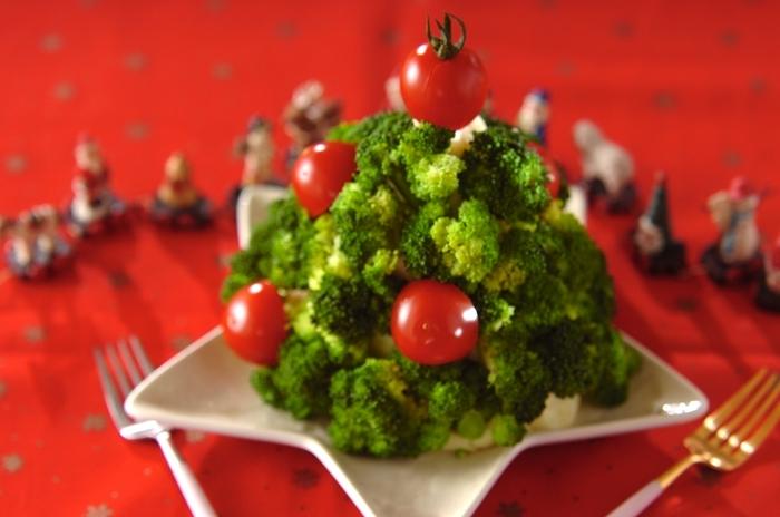 マッシュポテトにブロッコリーをさして作る、クリスマスツリー。豪快に盛り付けるとインパクト大! ステーキやローストチキンとの相性抜群なので、主食として用意してもいいですね。