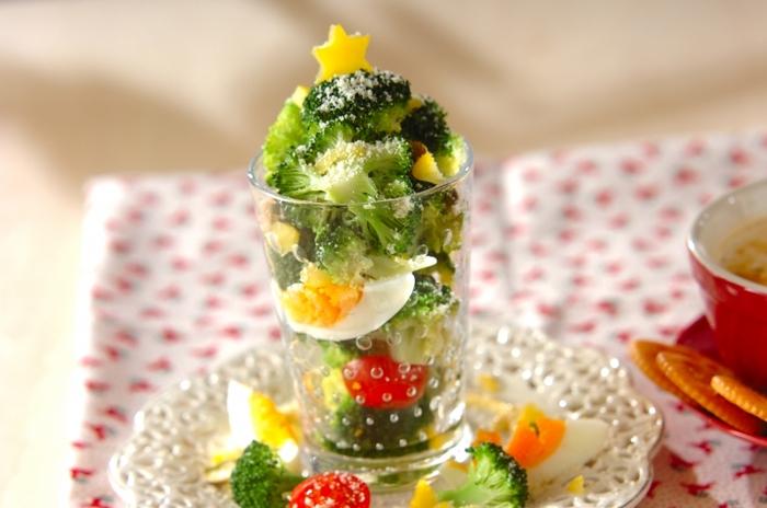 小さめのグラスにブロッコリーとゆで卵、ミニトマトを盛り付けるだけで、ツリー風サラダの完成。いつもは大皿で出しがちなサラダは個別に盛り付けて、おしゃれに仕上げましょう。