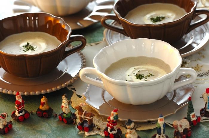 マッシュルームとしめじ、マイタケをたっぷり使った贅沢なキノコのポタージュ。ジャガイモと生クリームを加えることで濃厚な味わいを楽しめます。