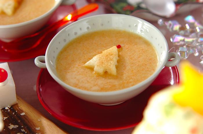 スープで野菜も取りたい人は、ニンジンポタージュはいかが? 隠し味にカレー粉を入れることで、ニンジンのくさみを消して子どもでも食べやすい味になっています。トーストしたツリー方の食パンをトッピングすれば、クリスマスにぴったりのスープの完成。