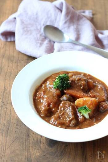 あまり品数を作りたくない人は、メインディッシュとスープを兼ねるシチュー系の料理を作るといいですね。すね肉もじっくり煮込めばほろっと柔らかに。
